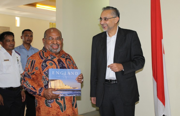 Gubernur Papua menerima buku promosi wisata di Inggris